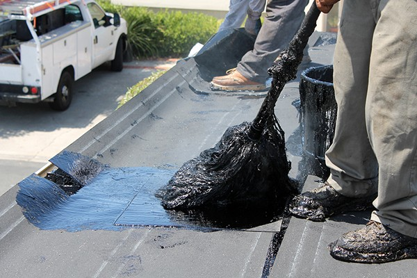Hot tar installation on a flat roof